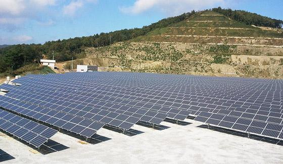 Système solaire relié au réseau Restar 300KWp monté au sol en République du Laos, juillet 2008.